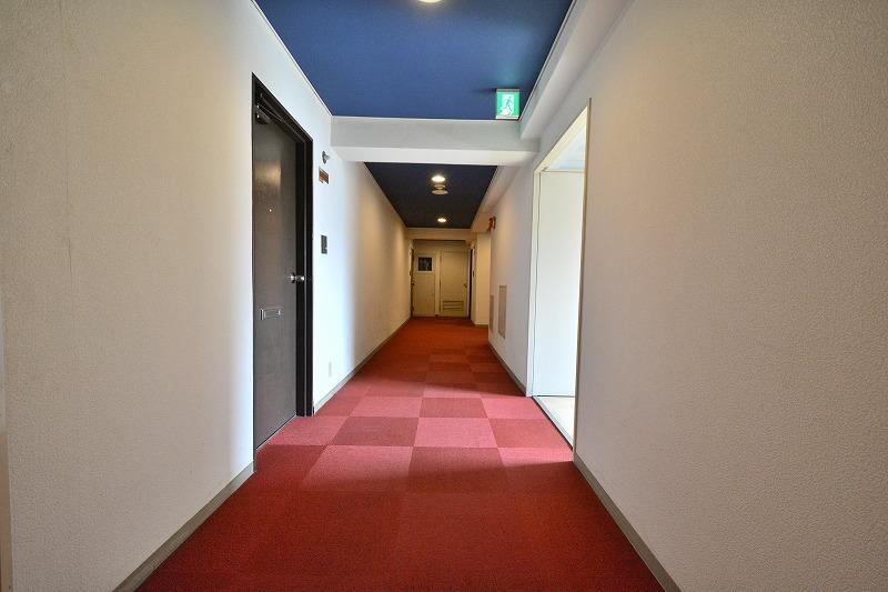 ステュディオ日本橋のじゅうたんのひかれた内廊下